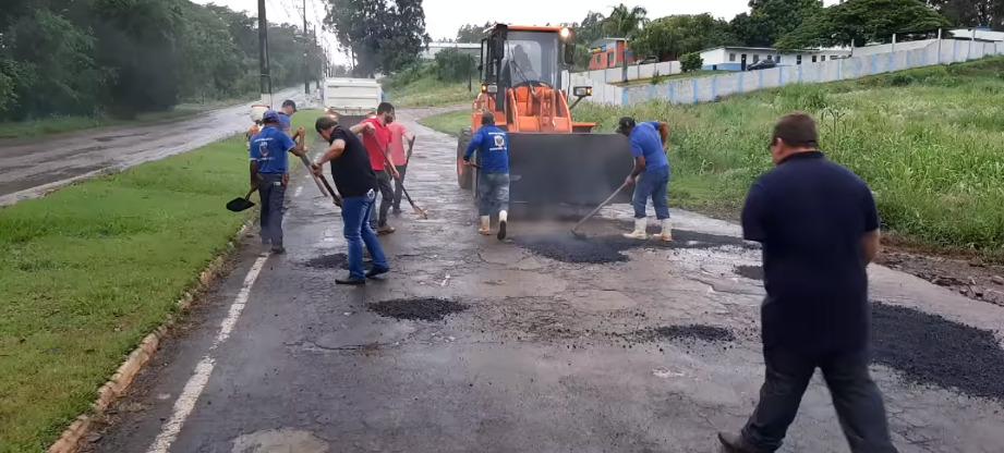 Operação tapa buracos sendo realizada na entrada da cidade